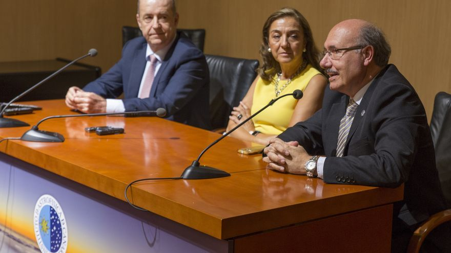 Carmen Vela, secretaria de Estado de Investigación, Desarrollo e Innovación del Ministerio de Economía, Industria y Competitivida; Rafael Robolo, director del IAC (derecha), y Pedro Ortega Rodríguez, consejero de Economía, Industria, Comercio y Conocimiento del Gobierno de Canarias.