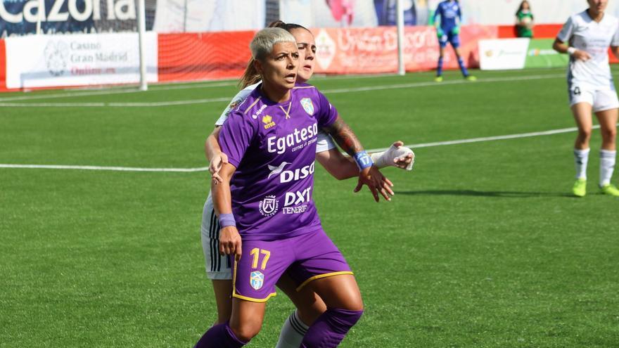 María José Pérez pelea por un balón frente al Madrid CFF