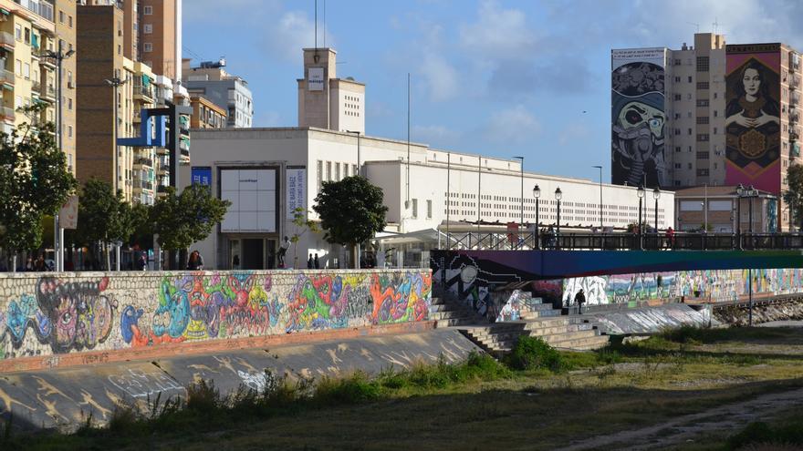 El Centro de Arte Contemporáneo de Málaga y al fondo, los murales de Obey y D'Face | N.C.