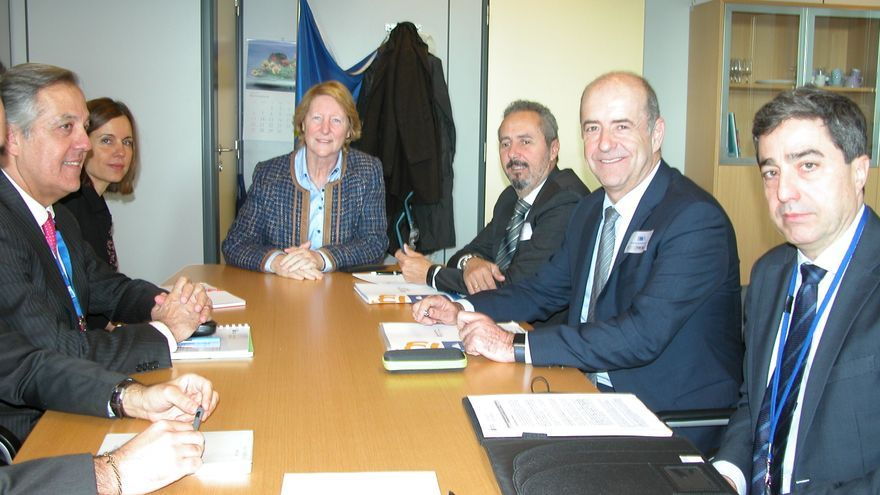Pedro Ortega (2i) en su reunión con la directora responsable de Renovables, Investigación, Innovación y Eficiencia Energética de la Dirección General de Energía de la Comisión Europea, Marie Donelly