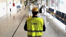 Efectivos de la UME apoyan a Aena en labores de limpieza y desinfección de un aeropuerto.