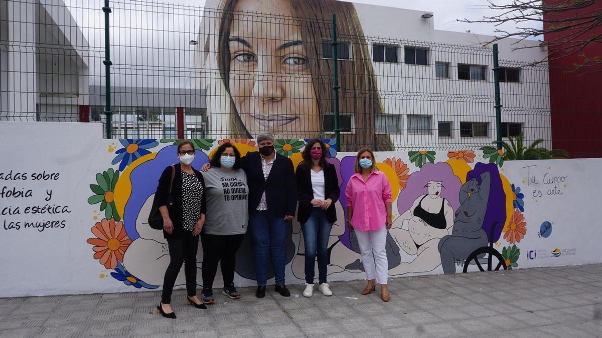 Presentación del mural urbano realizado por la artista Blueleela sobre gordofobia y violencia estética,.