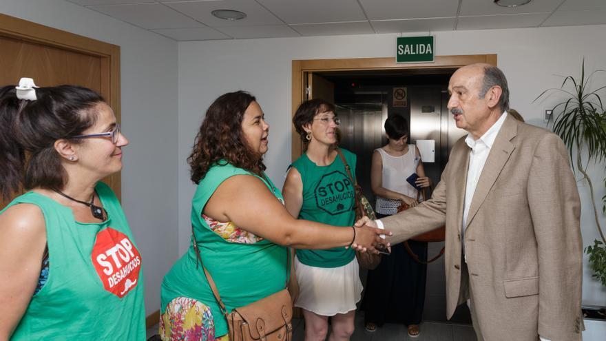 José María Mazón recibe a representantes de la PAH. | Raúl Lucio