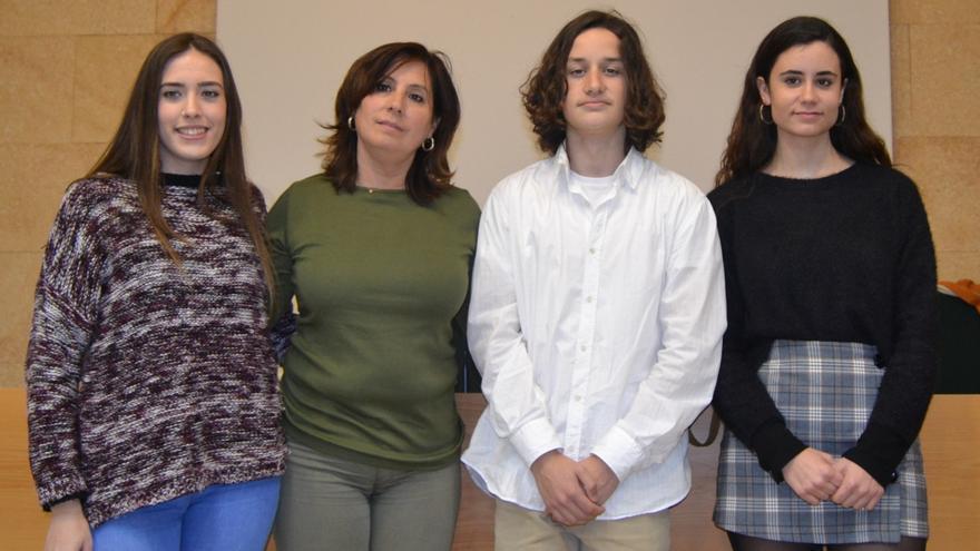 Los miembros del 'Proyecto Adictlescentes': Gema Sánchez (i), la profesora y coordinadora del colectivo, Mercedes Escavy (ci), Pablo Contreras (cd) y Patricia Villa