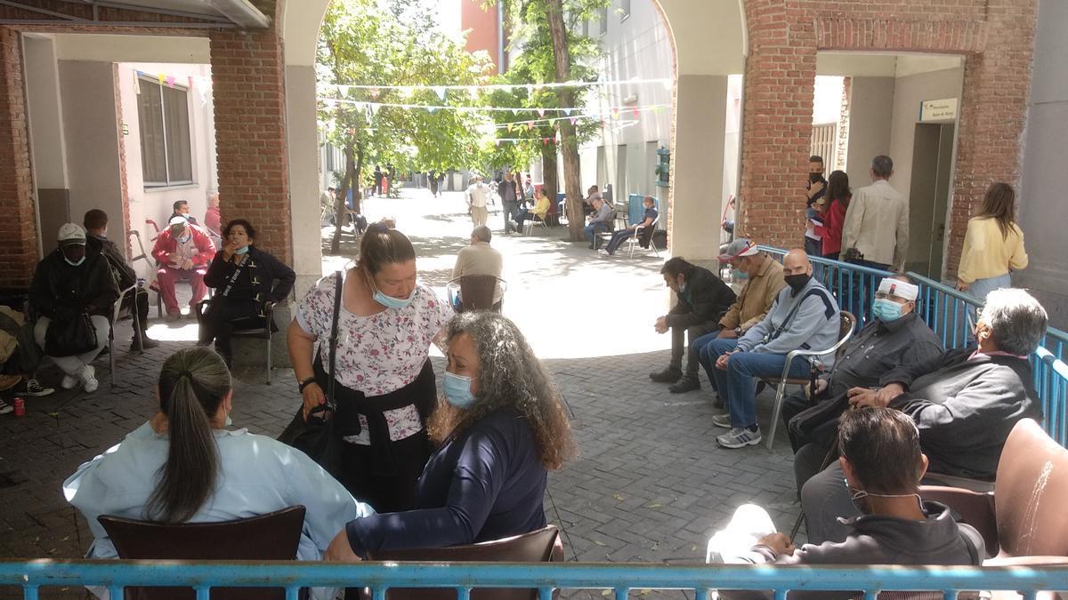 Personas sin hogar esperan su turno para ser vacunadas.