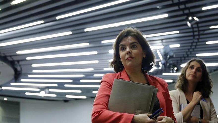 Santamaría cree que el PSOE debería buscar el voto de los españoles, no de Podemos