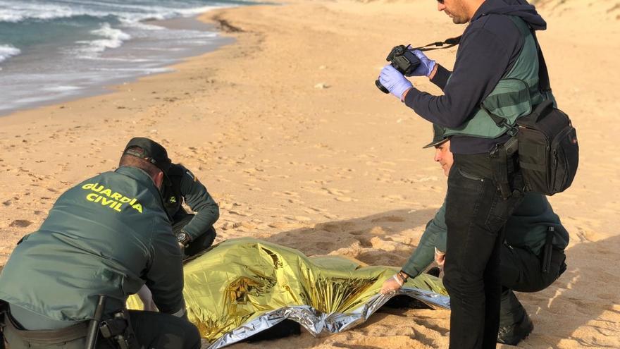 Ayuntamiento de Barbate decreta un día de luto por los fallecidos en el naufragio de la patera en Los Caños