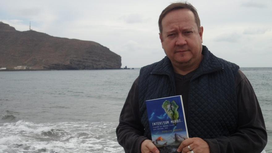 El escritor Hipólito Sánchez muestra un ejemplar de su última novela.