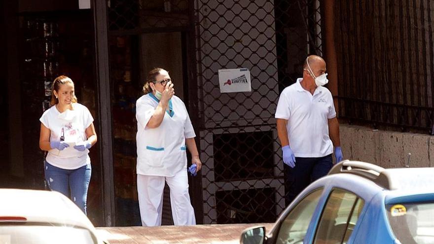 Personal del hotel con casos confirmados de coronavirus en Adeje, en la mañana de este lunes, último día de aislamiento