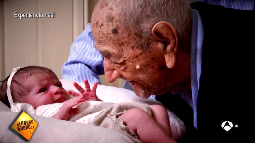 El hombre más anciano del mundo da un consejo a la niña más joven
