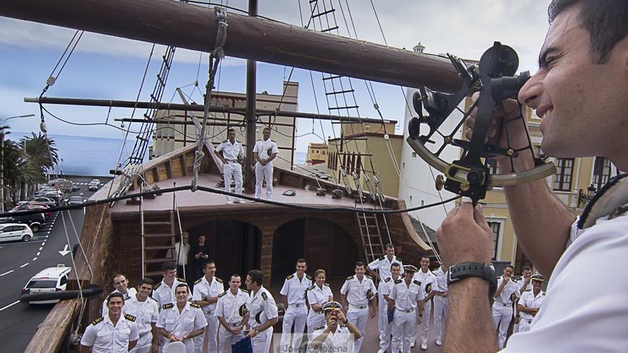 Un guardiamarina del Juan Sebastián Elcano, con un sextante, en el barco de la Virgen, mide una meridiana. Foto: JOSÉ F. AROZENA