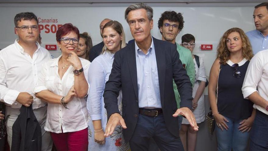 El eurodiputado socialista Juan Fernando López Aguilar (c) formaliza la presentación de su precandidatura para las primarias del PSOE de Canarias.