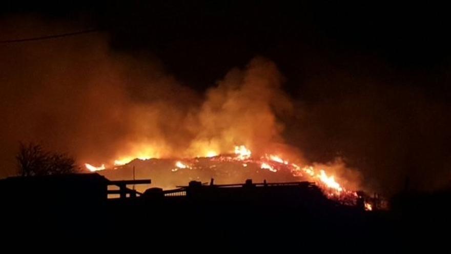 La lluvia ayuda a apagar los incendios en Cantabria, donde una veintena se mantienen activos