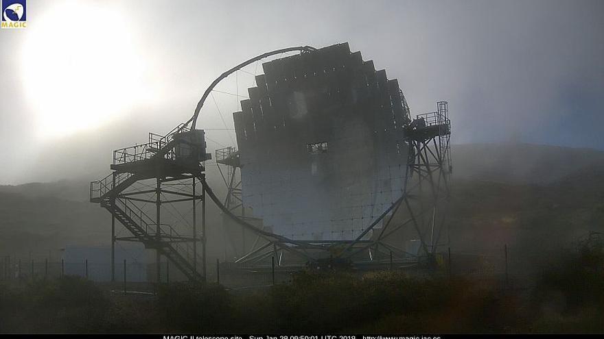 En la imagen, uno de los telescopios MAGIC del Roque de Los Muchachos, este domingo. Imagen captada de la webcam de los MAGIC.