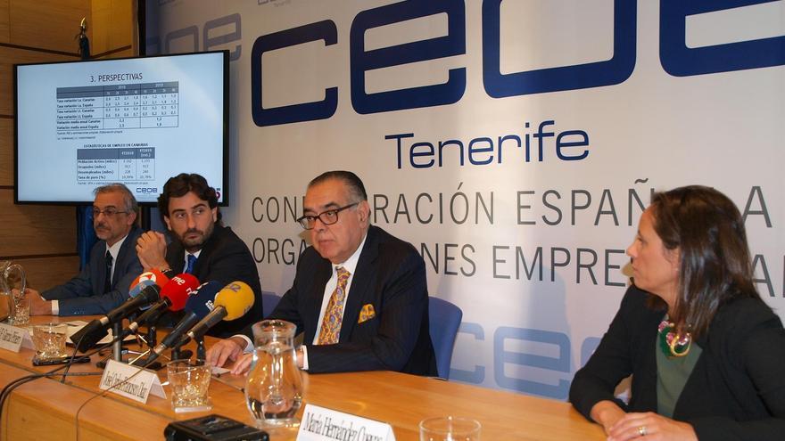 José Carlos Francisco (centro), en la rueda de prensa para presentar el informe de coyuntura económica