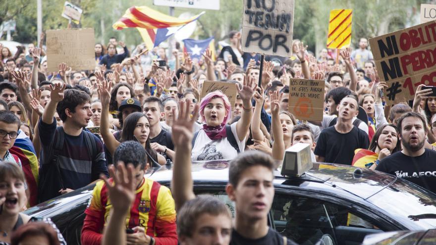 Estudiantes se manifiestan contra la brutalidad policial en Barcelona