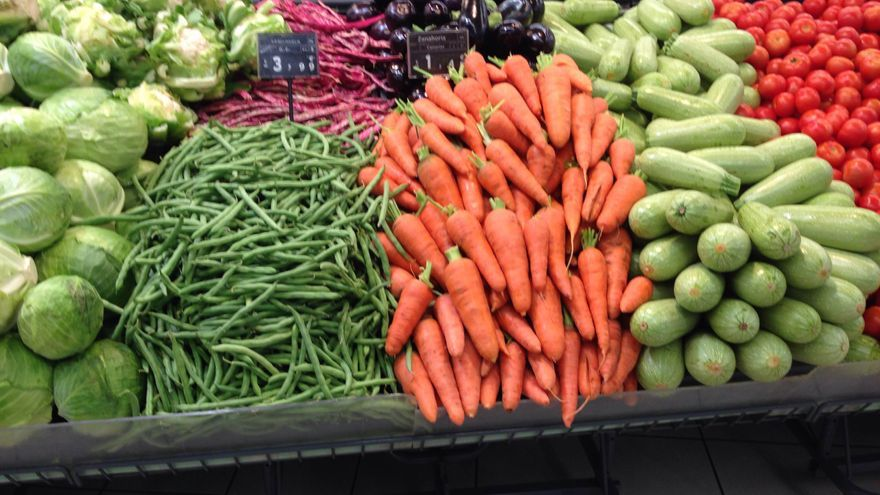 Mostrador de supermercado lleno de verduras