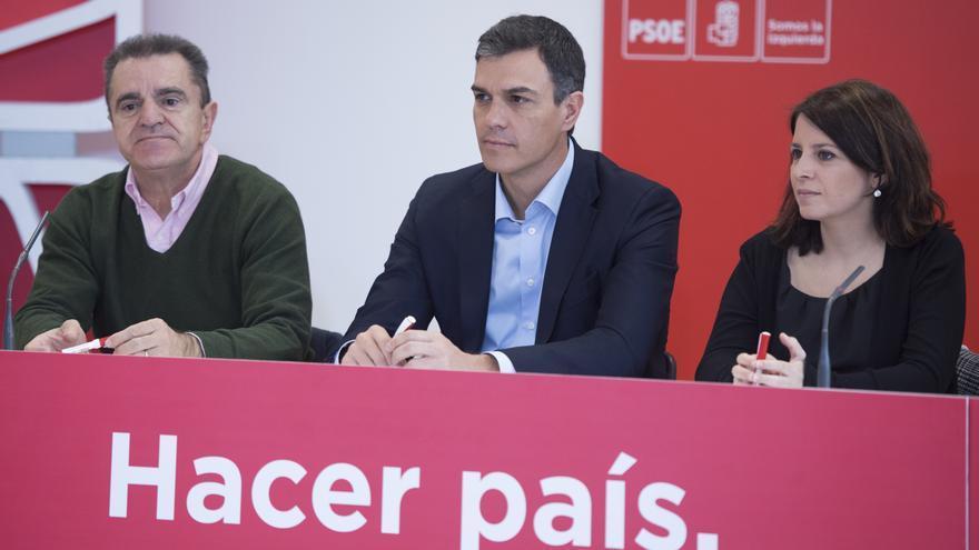 Pedro Sánchez junto al líder de los socialistas madrileñas, José Manuel Franco, y Adriana Lastra.