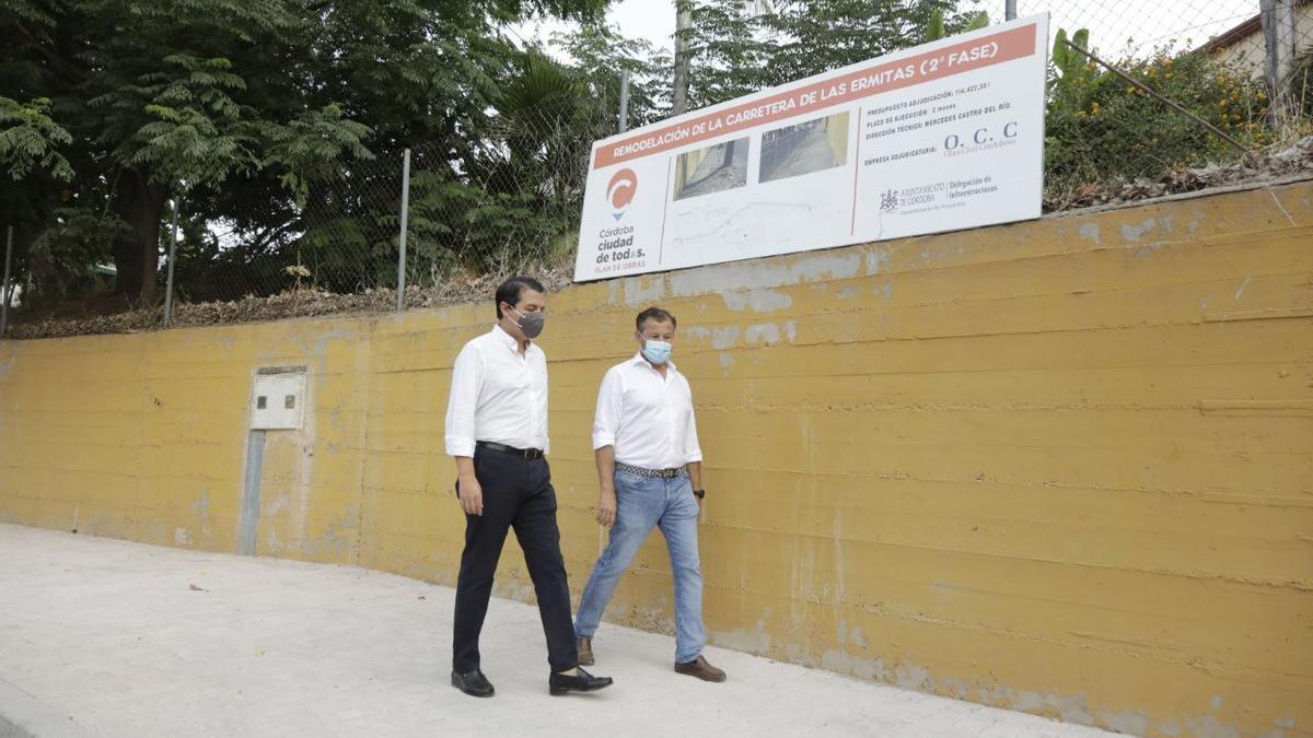 El alcalde de Córdoba y el delegado de Infraestructuras, en la zona remodelada