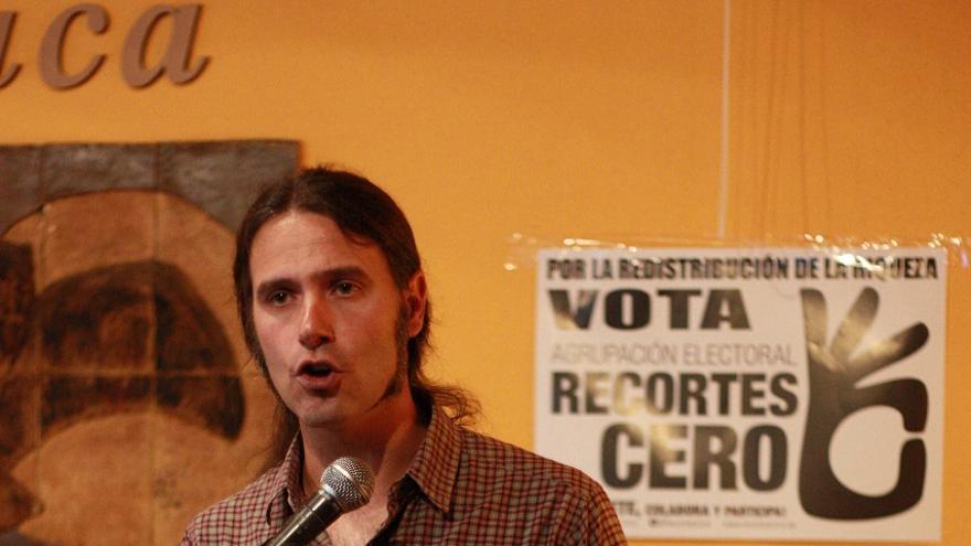 Pablo Martínez en un momento del acto de Recortes Cero, en el café Ítaca de Murcia