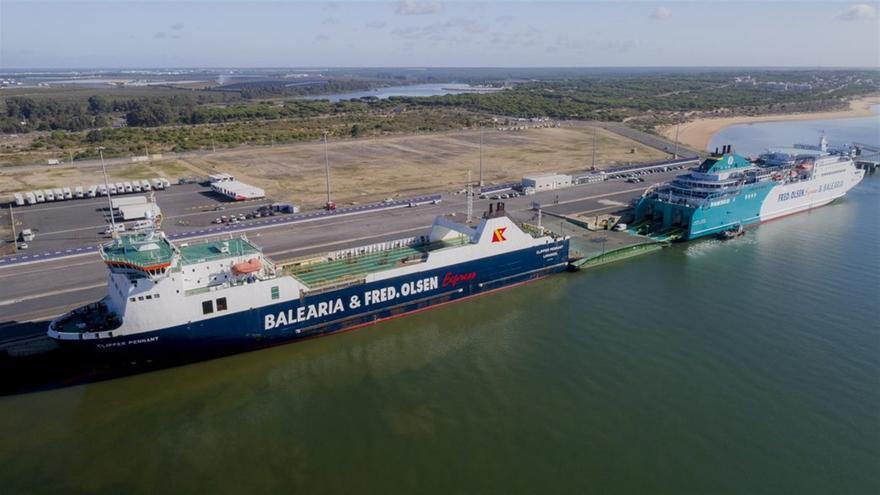 Los dos buques, atracados en el puerto de Huelva, con el de carga a la izquierda y el mixto a la derecha