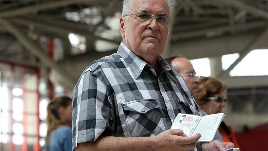El Gobierno cubano autorizará más salidas de disidentes, según Elizardo Sánchez