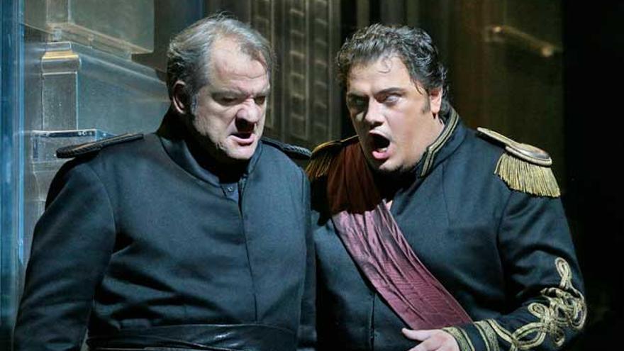 Zeljko Lucic como Yago y Dimitri Pittas como Cassio en el 'Otelo' de Verdi (Ken Howard/Metropolitan Opera)