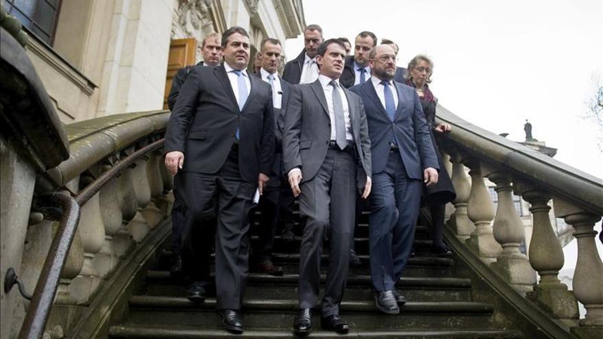 El líder del SPD alemán, Sigmar Gabriel, Manuel Valls y Martin Schulz en Berlín, tras un acto con motivo del centenario de la I Guerra Mundial.