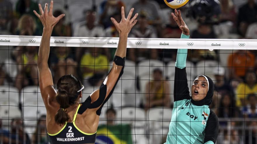 Doaa Elghobashyde Egipto pasa el balón frente a Kira Walkenhorst de Alemania durante un juego de voleibol playa masculino de los Juegos Olímpicos Río 2016.