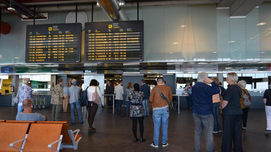 Pasajeros en la terminal del Aeropuerto de La Palma.