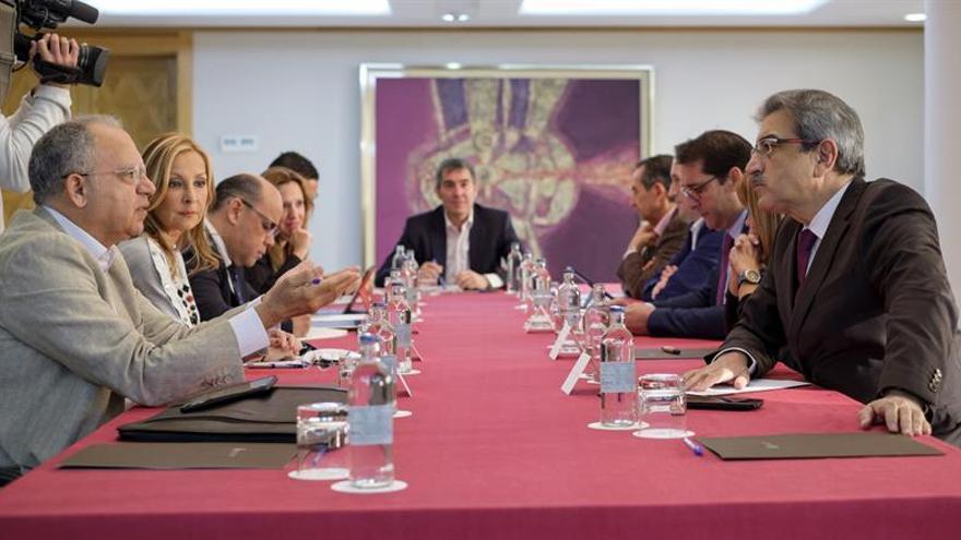 El presidente de Canarias, Fernando Clavijo (c), durante la reunión con representantes de los distintos partidos políticos para ultimar los detalles de cara a la Conferencia de Presidentes que se celebrará el próximo martes en Madrid