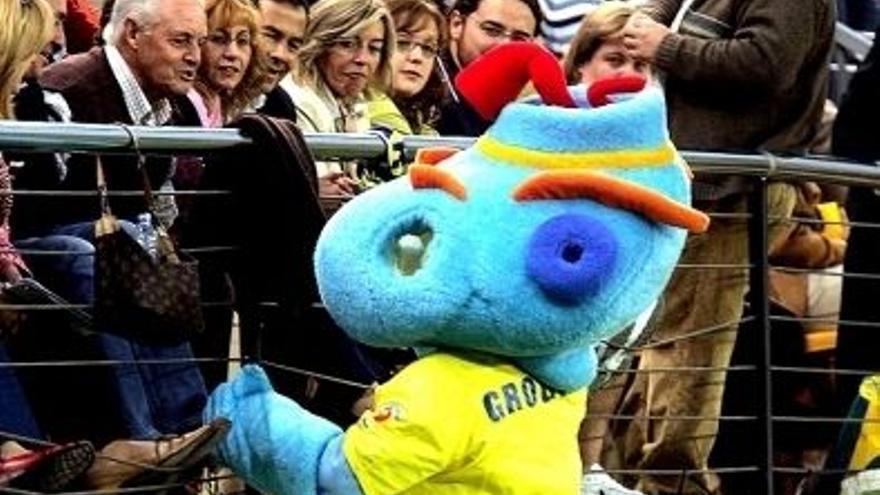Groguet, la mascota del Villarreal, en el campo de El Madrigal