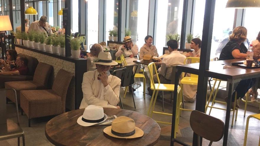'Indianos' en el Aeropuerto de Gran Canaria a la espera lograr un vuelo a La Palma.