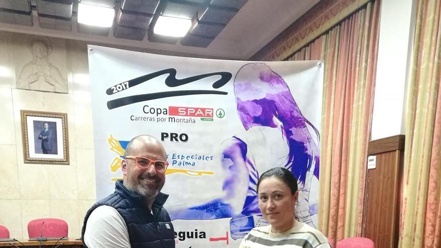 La consejera de Emergencia y Participación Ciudadana del Cabildo de La Palma, María del Carmen Brito Lorenzo, y el director técnico de la Copa Spar, Iván Benítez.