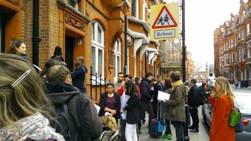 Consulado de Londres, sábado 18 de abril, colas para rogar el voto. Fuente: MareaGranate.