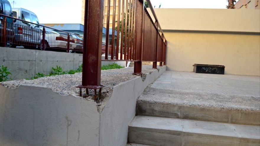 Una valla con tres de sus cinco puntos de apoyo sueltos. FOTO: Iago Otero Paz.