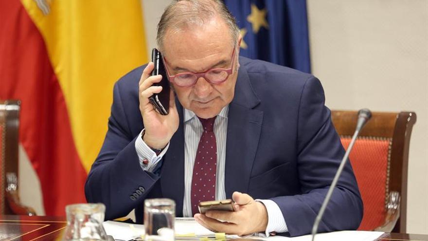 El consejero de Sanidad de Gobierno de Canarias, José Manuel Baltar, durante su comparecencia de este martes en comisión parlamentaria (EFE/Cristóbal García)