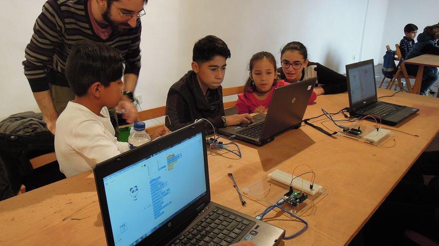 Los jóvenes asistentes han realizado una estrella de navidad en una impresora 3D y le han incrustado luces LED de color que cambian según proximidad o por conexión bluetooth con el móvil.