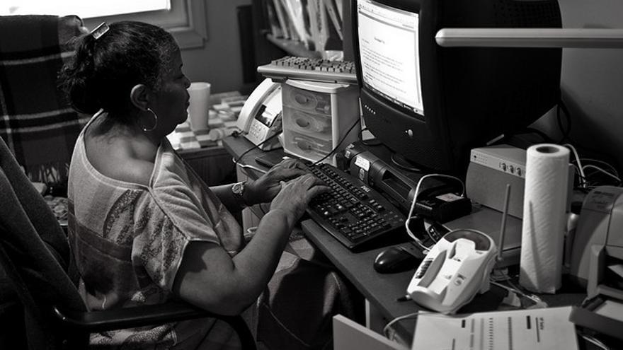 Una mujer ciega utilizando el ordenador