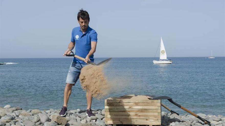 Fotografía facilitada por el grupo turístico Anfi del futbolista del Manchester City David Silva comenzado los trabajos para cubrir con arena una franja de 300 metros de longitud de la playa de piedras de Tauro, en el sur de Gran Canaria. EFE/Nacho González