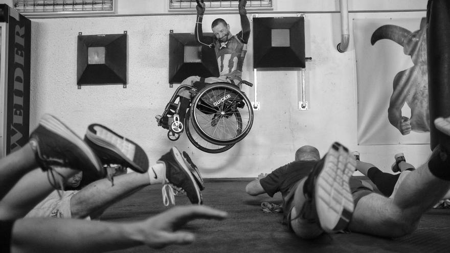 © Michael Hanke. 'Never Saw Him Cry', serie ganadora del segundo premio en la categoría 'Deportes'. Zdenĕk Šafránek es el capitán del equipo de la República Checa para hockey sobre hielo, y ha participado en tres Juegos Paralímpicos. Ha estado en una silla de ruedas desde que sufrió un accidente de trabajo en un taller de reparación de automóviles en 2003.