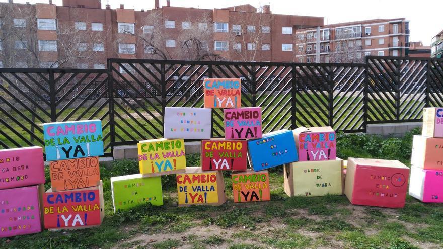 Una de las protestas de los vecinos de Opañel junto a la valla que debe cambiar el Arzobispado. / A. C. la Higuera y el Almendro