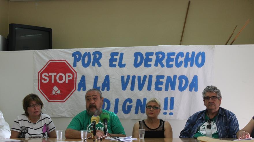 Paco Morote y varios miembros de la PAH explican el documento propuesto a los partidos / PSS