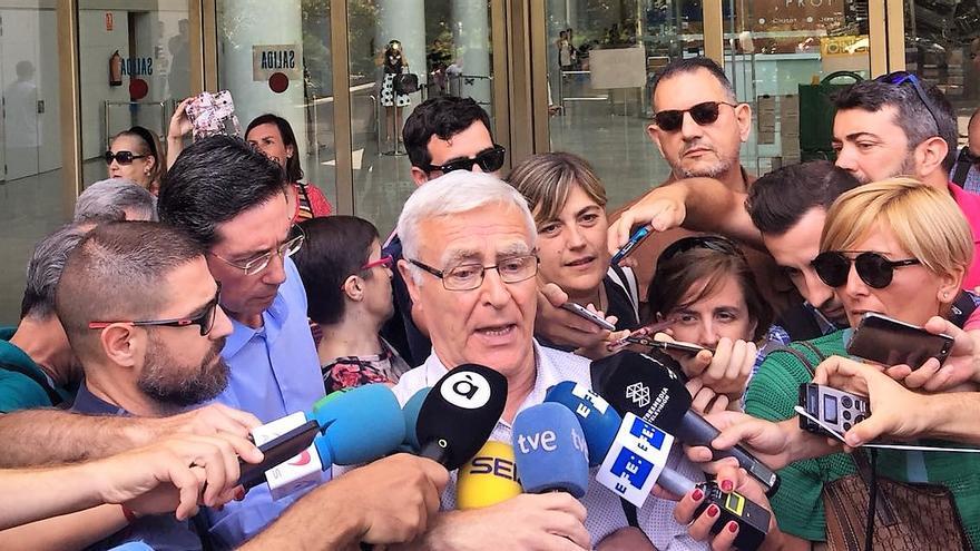 El alcalde de Valencia, Joan Ribó, atiende a los medios a las puertas de la Ciudad de la Justicia