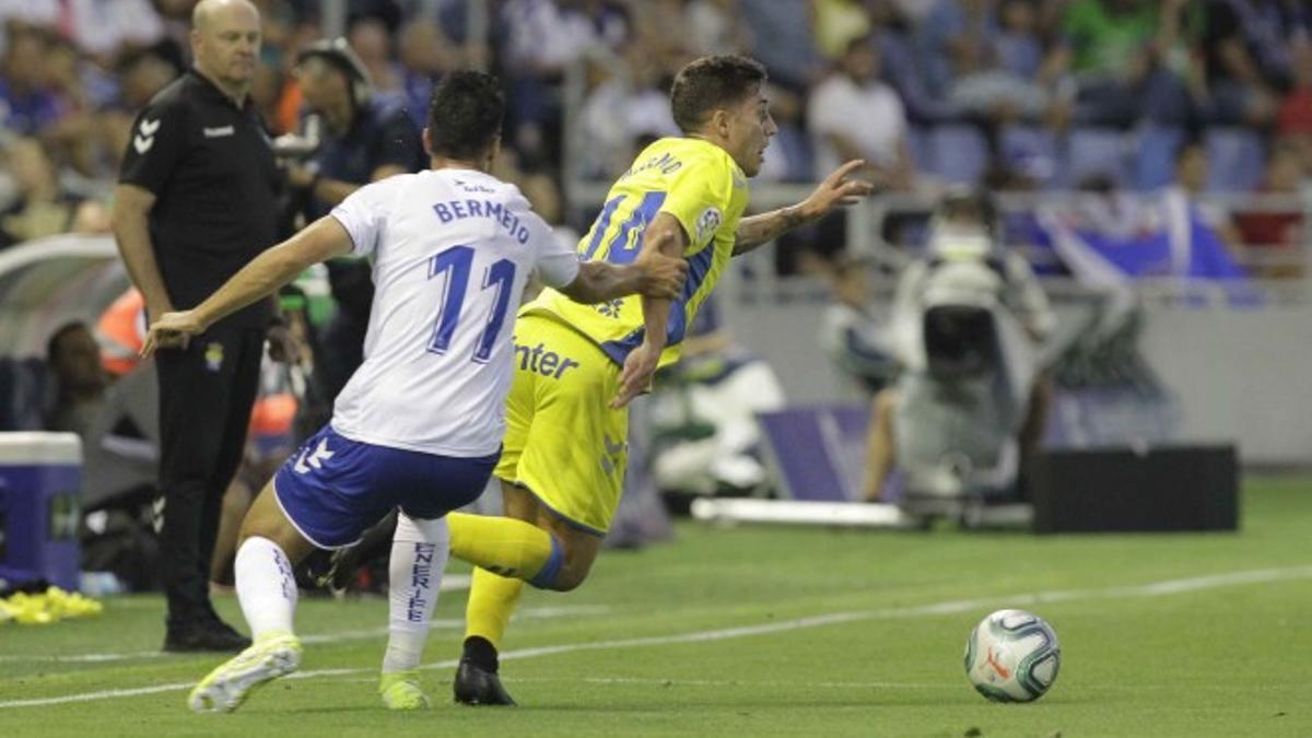Álex Bermejo intenta detener a Álvaro Lemos en un pasado derbi