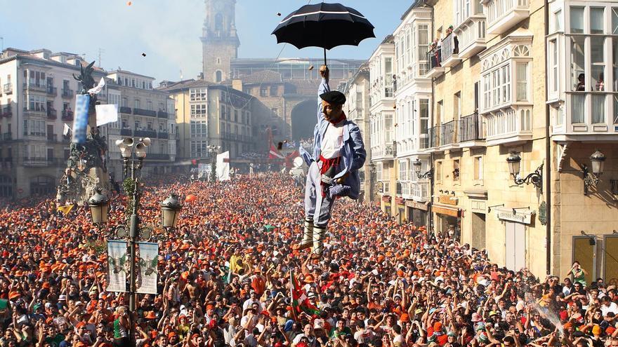 Bajada del Celedón en las Fiestas de la Blanca Paloma (Vitoria).