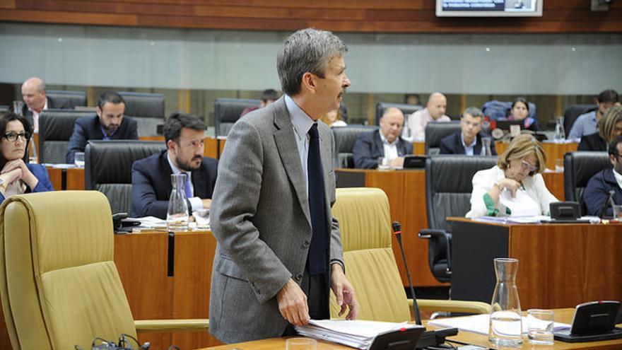 José Luis Navarro, consejero de Economía e Infraestructuras Extremadura, en el pleno de este jueves