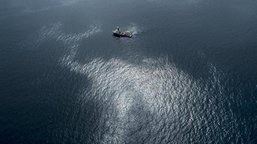 Fotografía facilitada por Greenpeace del vertido de fuel del pesquero ruso Oleg Naydenov, / EFE