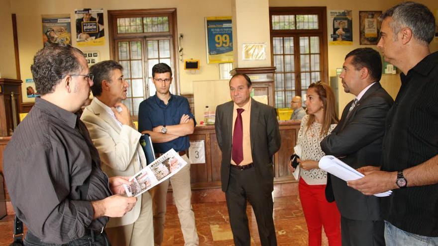 En la imagen, visita al edificios de Correos realizada por el alcalde y responsables de la empresa estatal.