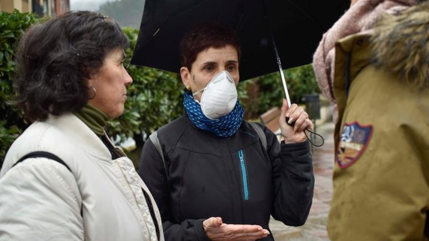 Vecinas de Ermua con mascarillas por las medidas preventivas del Gobierno vasco